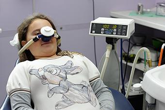 Una bambina sottoposta a sedazione inalatoria